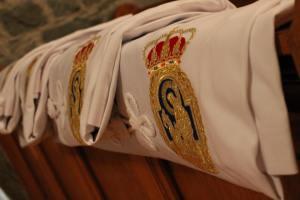De mantels voor de nieuwe broeders en zusters liggen klaar